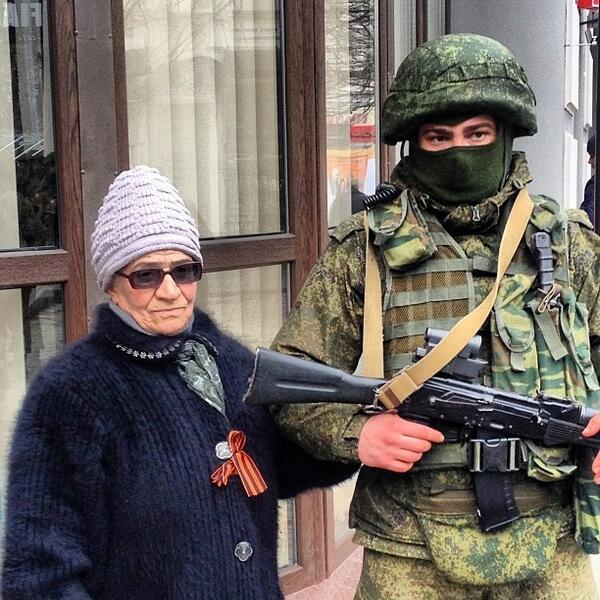 Љубазни човек помаже старијој грађанки Крима